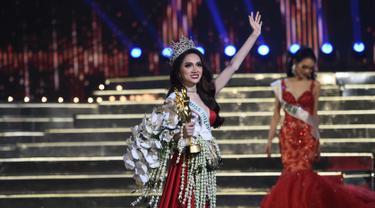 Nguyen Huong Giang dari Vietnam menyapa penonton usai dinobatkan sebagai pemenang kontes kecantikan transgender Miss International Queen 2018 Pattaya di Pattaya, Thailand (9/3). (AFP Photo/Lillian Suwanrumpha)