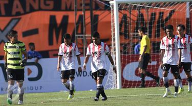 Sejumlah pemain Persija tertunduk saat laga melawan Bali United di turnamen Piala Presiden 2015 yang dihelat di Stadion Kapten I Wayan Dipta, Gianyar, Bali, Minggu (30/8/2015). Persija kalah 0-3 dari Bali United. (Liputan6.com/Helmi Fithriansyah)