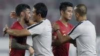 Pelatih Timnas Indonesia, Bima Sakti, memeluk Stefano Lilipaly, usai melawan Filipina pada laga Piala AFF 2018 di SUGBK, Jakarta, Minggu (25/11). Kedua negara bermain imbang 0-0. (Bola.com/M. Iqbal Ichsan)