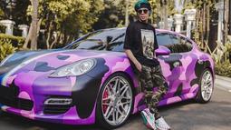 Atta dikenal sebagai Youtuber dan pengusaha yang selalu tampil nyentrik. Tak hanya dirinya, mobil mewah Porsche Panamera S Turbo milikinya juga diubah total jadi nyentik. Porsche Panamera S Turbo awalnya berwarna abu-abu ini dimodifikasi total jadi camo pink.(Liputan6.com/IG/@attahalilintar)