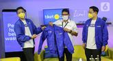 Menparekraf Sandiaga Uno (tengah) saat mengenakan jaket yang didampingi Co-Founder & CMO tiket.com Gaery Undarsa dan CEO George Hendrata di studio tiket LIVE, Jakarta, Senin (25/01/2021). Kemenparekraf dan tiket.com berkolaborasi mendukung kampanye IndDOnesia CARE. (Liputan6.com/Fery Pradolo)