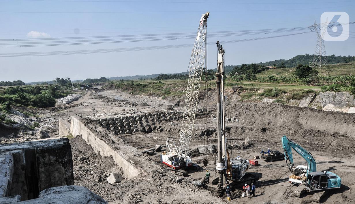 Aktivitas pembangunan Bendungan Cipamingkis di Desa Sukasirna, Jonggol, Jawa Barat, Minggu (1/8/2021). Pembangunan bendungan baru ini menggantikan bendungan lama yang jebol pada 2017 lalu. (merdeka.com/Iqbal S Nugroho)