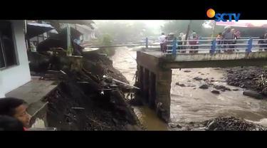 Aktivitas warga di Brebes, Jawa Tengah, terganggu akibat jembatan yang melintang di Sungai Erang terputus, pasca ditejang banjir bandang.