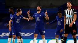Striker Chelsea, Olivier Giroud (tengah) melakukan selebrasi usai mencetak gol pertama timnya ke gawang Newcastle United dalam laga lanjutan Liga Inggris 2020/21 pekan ke-24 di Stamford Bridges, London, Senin (15/2/2021). Chelsea menang 2-0 atas Newcastle. (AFP/Paul Childs/Pool)