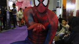 Cosplay Spiderman berpose di acara  Indonesia Comic Con 2016 di Jakarta, Sabtu (1/10). Indonesia Comic Con 2016 diselenggarakan pada 1 - 2 Oktober mulai pukul 10.00 hingga 22.00 WIB. (Liputan6.com/Herman Zakharia)