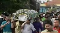 Jenazah korban Suwandi dan Ica dimakamkan secara bersamaan atas permintaan keluarga.