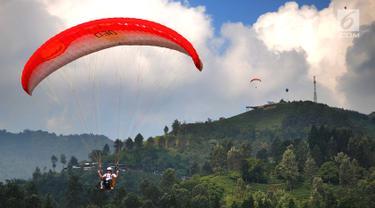 Atlet paralayang Indonesia Joni Efendi  saat nomor ketepatan mendarat (KTM) individual di Gunung Mas, Bogor (21/8).(merdeka.com/ Arie Basuki)