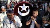 Warga membawa jenazah wanita Muslim yang terbunuh dalam demonstrasi saat upacara pemakamannya di Mandalay, Myanmar, Senin (1/3/2021). Wanita Muslim tersebut tertembak oleh tentara saat ikut demo menentang kudeta militer Myanmar. (AP Photo)