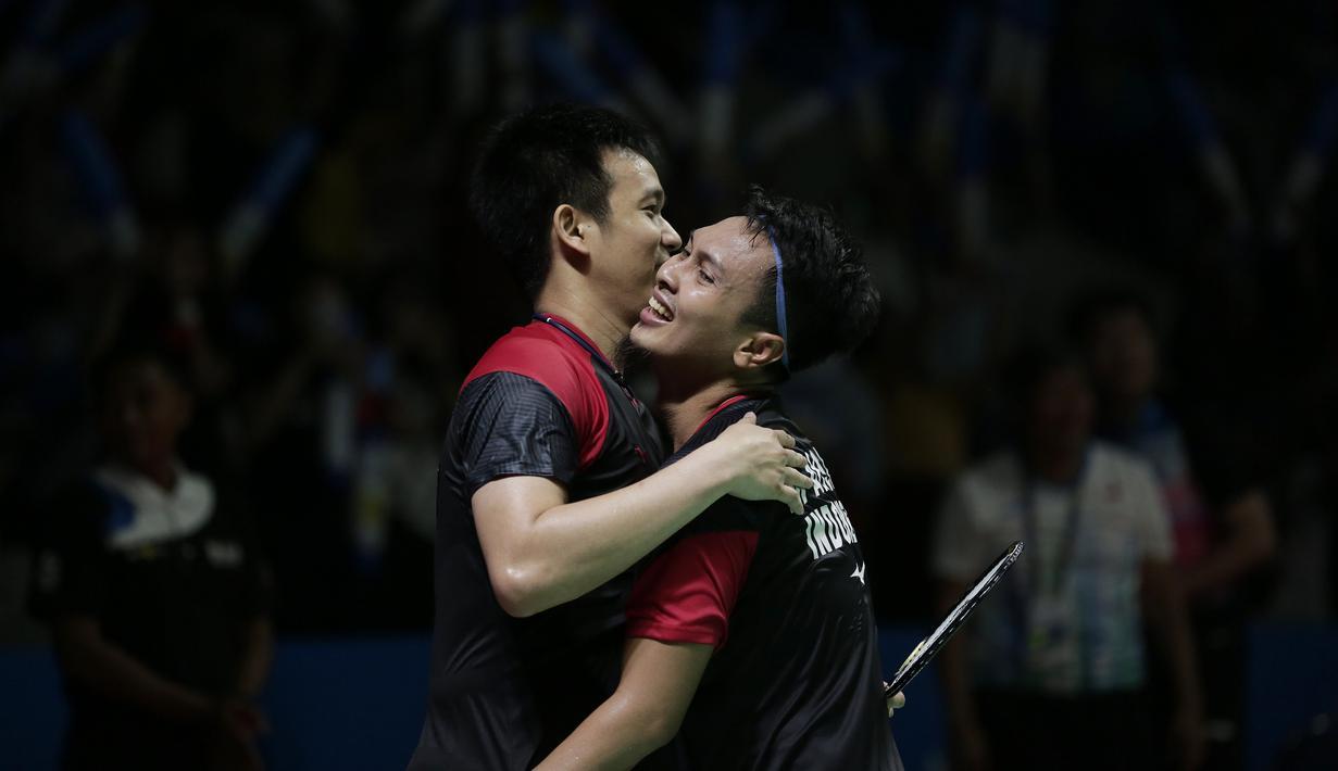 Ganda putra Indonesia, Hendra Setiawan / Mohammad Ahsan, merayakan kemenangan atas Yuta Watanabe / Hiroyuki Endo, pada Indonesia Open 2019 di Istora Senayan, Jumat (19/7). Hendra / Ahsan menang 21-15 9-21 22-20. (Bola.com/Yoppy Renato)