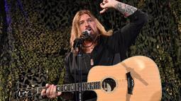 Billy Ray Cyrus, Ayah dari Miley Cyrus mengaku sempat melihat benda asing yang diduga UFO di tahun 2011. Di akun Twitternya, Billy mengatakan bahwa UFO yang dia lihat tampak seperti 5 atau 6 benda terbang yang berputar-putar. (AFP Photo)