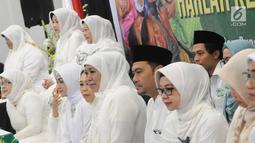 Ketua Umum Muslimat NU Khofifah Indar Parawansa (tengah) saat menghadiri doa bersama dan santunan anak yatim di Jakarta, Sabtu (26/1). Acara ini sebagai rangkaian peringatan Harlah ke-73 Muslimat NU. (Liputan6.com/Herman Zakharia)