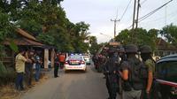 Tim Densus 88 Antiteror saat menggeleda rumah terduga teroris di Cirebon. Foto (Liputan6.com / Panji Prayitno)
