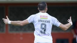 Striker Bali United, Ilija Spasojevic melakukan selebrasi usai mencetak gol ke gawang Persita Tangerang dalam laga matchday ke-3 Grup D Piala Menpora 2021 di Stadion Maguwoharjo, Sleman, Jumat (2/4/2021). Bali United bermain imbang 1-1 dengan Persita. (Bola.com/M Iqbal Ichsan)