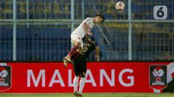 Pemain PSM Makassar, Abdul Rahman (kiri) menyundul bola melewati pemain PSIS Semarang, Fredyan Wahyu Sugiyantoro dalam laga Perempat final Piala Menpora 2021 di Stadion Kanjuruhan, Malang, Jumat (9/4/2021). PSIS vs PSM berakhir dengan skor 2-4 via adu tendangan penalti. (Bola.com/Arief Bagus)