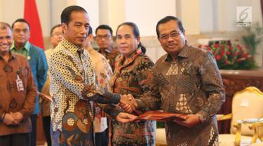 Presiden Joko Widodo bersalaman dengan Jaksa Agung HM Prasetyo usai menyerahkan dokumen Strategi Nasional (Stranas) Pencegahan Korupsi di Istana Negara, Jakarta, Rabu (13/3). (Liputan6.com/Angga Yuniar)