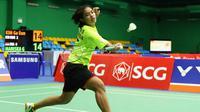 Tunggal putri Indonesia, Gregoria Mariska, mencoba mengembalikan shuttlecock saat menghadapi Kim Ga-eun (Korea Selatan) pada perempat final pertandingan beregu Kejuaraan Bulutangkis Junior Asia 2016 di Bangkok, Thailand, Minggu (11/7/2016). (PBSI)