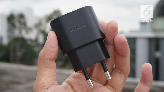 Kelengkapan Nokia 5.1 Plus, adapter charger (Liputan6.com/ Agustin Setyo W)