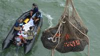 Evakuasi korban AirAsia QZ8501 oleh prajurit TNI (Puspen TNI)
