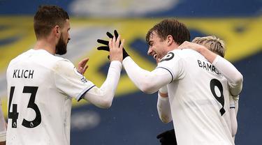 Striker Leeds United, Patrick Bamford (kanan) melakukan selebrasi usai mencetak gol kedua timnya ke gawang Tottenham Hotspur dalam laga lanjutan Liga Inggris 2020/2021 pekan ke-35 di Elland Road, Leeds, Sabtu (8/5/2021). Leeds menang 3-1 atas Tottenham. (AP/Oli Scarff/Pool)