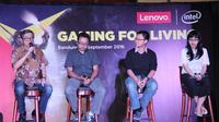 (ki-ka) Eddy Lim, Ketua Umum Indonesia eSport Association; Aditya Perdana, Co-Founder Agate Studio; Indra Gunawan, Consumer PC Product Trainer Lenovo Indonesia; dan Agnasta, Consumer Marketing Lenovo Indonesia di Lenovo Gaming League di Bandung (15/9)