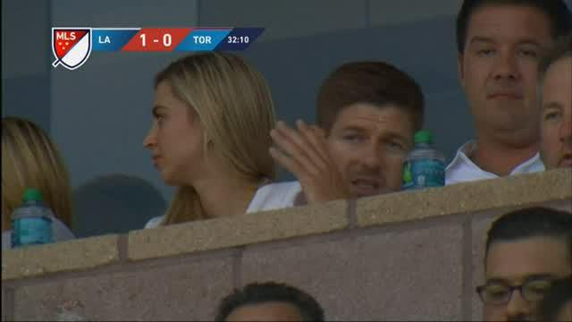 Steven Gerrard menyaksikan laga L.A Galaxy vs Toronto FC yang berakhir dengan skor 4-0. Robbie Keane striker L.A Galaxy mencetak hattrick di laga tersebut.