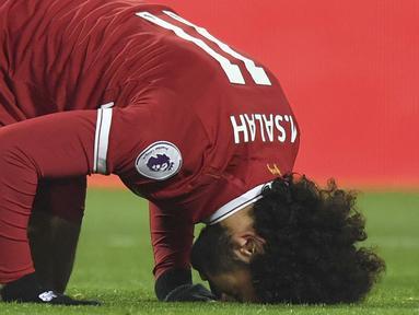 Mohamed Salah melakukan selebrasi sujud usai membobol gawang Newcastle United pada lanjutan Premier League di Anfield, Liverpool, (3/3/2018). Liverpool menang 2-0. (Anthony Devlin/PA via AP)