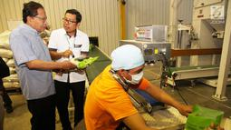 Mantan Menko Kemaritiman Rizal Ramli melihat proses pengemasan beras saat kunjungannya ke Food Station, Kompleks Pasar Induk Beras Cipinang, Jakarta Timur, Senin (15/1). (Liputan6.com/Pool/Ardi)