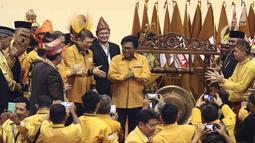 Ketua Umum Partai Hanura Oesman Sapta Odang (OSO) saat akan memukul gong dalam pembukaan Rakernas Partai Hanura di Pekanbaru, Riau, Selasa (8/5). Rakernas ini juga dihadiri ribuan kader Partai Hanura. (Liputan6.com/Herman Zakharia)