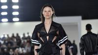 Model Victoria's Secret, Behati Prinsloo berjalan di atas catwalk pada fashion show Alexander Wang di New York, 3 Juni 2018. Melengkapi busananya yang sporty nan seksi, Behati tampil dengan sandal strap warna putih. (AFP PHOTO/ANGELA WEISS)