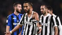 Bek Juventus, Mehdi Benatia bereaksi setelah jerseynya robek ditarik oleh pemain Atalanta, Marten de Roon dalam laga lanjutan Serie A Italia pekan ke-28 di Allianz Stadium, Kamis (15/3). Juventus menang 2-0 atas Atalanta. (MARCO BERTORELLO/AFP)