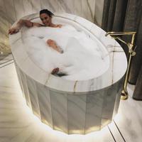 Mantan personil Spice Girls, Mel C menikmati waktunya banget ya saat berada di bathtub. (instagram/melaniecmusic)