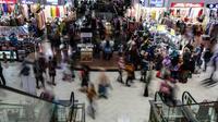 Suasana di Pasar Tanah Abang, Jakarta, Selasa (6/4/2021). Menjelang bulan Ramadan, Pasar Tanah Abang mulai dipadati pengunjung untuk berbelanja busana, namun menurut pedagang jumlah pengunjung bulan Ramadan kali ini tidak seramai sebelum pandemi Covid-19. (Liputan6.com/JohanTallo)