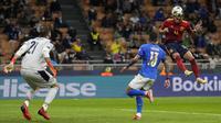 Keunggulan jumlah pemain dimanfaatkan La Furia Roja dengan menambah keunggulan di menit injury time babak pertama. Ferran Torres lagi-lagi sukses menjebol gawang yang dijaga Gianluigi Donnarumma, kali ini lewat tandukannya. (AP/Antonio Calanni)