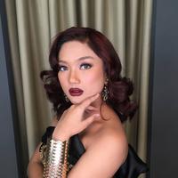 Sensasi imut nan seksi Marion Jola dengan tampilan bibir merah merona. (Sumber foto: lalamarionmj.laverss/instagram)