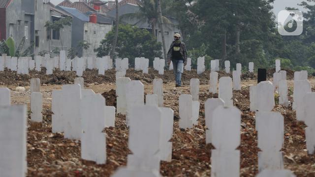 Warga berziarah di makam jenazah dengan protokol Covid-19, TPU Srengseng Sawah Dua, Jakarta, Kamis (18/3/2021). Dinkes DKI Jakarta mencatat penambahan kasus kematian akibat Covid-19 pada Maret 2021 berada diatas 40 atau meningkat dari 1,6 menjadi 1,7 persen. (Liputan6.com/HelmiFithriansyah)