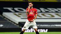 Reaksi gelandang Manchester United, Bruno Fernandes setelah melakukan tendangan penalti ke gawang Tottenham Hotspur dalam laga Liga Inggris di Stadion Tottenham, London, Jumat (19/6/2020). Manchester United berhasil mencuri poin di markas Hotspur dengan skor imbang 1-1.  (AP/Glyn Kirk, Pool)