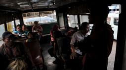 Sejumlah penumpang menyaksikan pengamen di dalam Metromini 53, Jakarta, Selasa (12/11/2019). Mungkin ada benarnya warga Ibu Kota kini lebih memilih moda transportasi kekinian yang telah dilengkapi AC. (merdeka.com/Iqbal Nugroho)