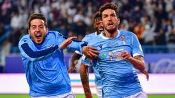 Gelandang Lazio, Danilo Cataldi, melakukan selebrasi usai membobol gawang Juventus pada laga Piala Super Italia 2019 di Stadion King Saud University, Arab Saudi, Minggu (22/12). Lazio menang 3-1 atas Juventus. (AFP/Giuseppe Cacace)