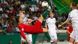 Megabintang timnas Portugal, Cristiano Ronaldo melakukan tendangan akrobatik saat menjamu Luksemburg dalam laga lanjutan Grup B Kualifikasi Piala Eropa 2020 di Estadio Jose Alvalade, Jumat (11/10/2019). Ronaldo menyumbang gol saat Timnas Portugal menang 3-0 atas Luksembur. (AP/Armando Franca)
