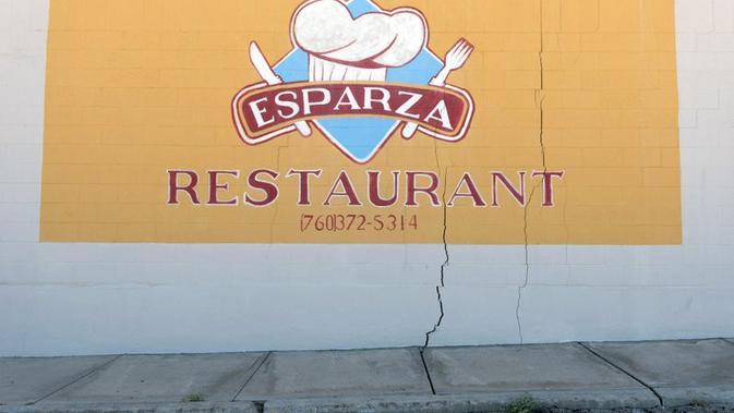 Restoran bernama Esparza juga tampak retak di bagian luar usai gempa (AP)
