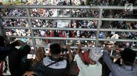 Massa saat menggelar aksi di sekitar Patung Kuda, Monas, Jakarta, Rabu (26/6/2019). Ratusan massa terus memadati aksi tersebut untuk menuntut hakim MK agar adil dalam memutuskan hasil sidang sengketa Pilpres 2019. Dalam aksinya massa menggelar salat berjemaah. (merdeka.com/Iqbal S. Nugroho)