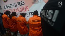 Polda Metro Jaya mengungkap kasus praktik prositusi di Apartemen Kalibata City dengan menyediakan ruangan kamar beserta penjaja seks, Jakarta, Kamis (29/3). (Merdeka.com/Imam Buhori)