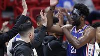 SelebrasiJoel Embiid (biru) saat Sixers melawan Heat pada gim ketiga play-off NBA (AP)