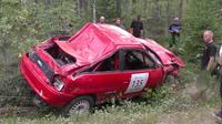 Sebuah mobil sedan Opel Astra mengalami kecelakaan parah saat acara  Rally Multia di Finlandia. (popularmechanics.com)