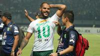 David da Silva mencetak satu gol saat Persebaya mengalahkan PSM Makassar, Sabtu (10/11/2018) di Stadion Gelora Bung Tomo. (Bola.com/Aditya Wany)