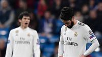 Reaksi gelandang Real Madrid, Isco saat pemain CSKA Moscow mencetak gol kedua pada laga terakhir Grup G Liga Champions di Santiago Bernabeu, Rabu (12/12). Real Madrid takluk dengan skor 0-3 dari CSKA Moscow. (JAVIER SORIANO / AFP)