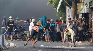 Massa Perusuh di Slipi Lempari Polisi dengan Batu