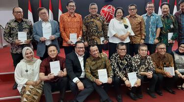 "Wakil Ketua Komite Ekonomi Nasional, Arif Budimanta meluncurkan buku karangannya yang berjudul ""Pancasilanomics : Jalan Keadilan dan Kemakmuran""."