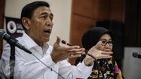Menkopolhukam Wiranto memberikan penjelasan dalam Konferensi pers Saber Pungli di Media Center Kemenkopolhukam, Jakarta, Kamis (24/11). Wiranto menegaskan, pemerintah sangat serius menangani pemberantasan pungli. (Liputan6.com/Faizal Fanani)