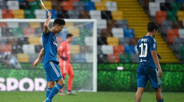 Penyerang Juventus, Cristiano Ronaldo, tampak kecewa usai kalah menghadapi Udinese pada laga lanjutan Serie A di Dacia Arena, Jumat (24/7/2020) dini hari WIB. Juventus kalah 1-2 atas Udinese. (AFP/Marco Bertorello)